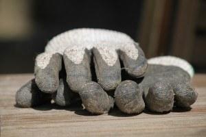 Schutzhandschuhe für sicheren Umgang mit Kappsägen